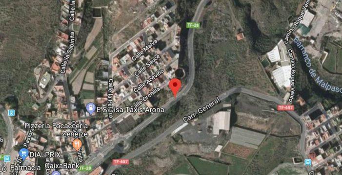 Un herido grave al colisionar un moto contra un turismo en Arona