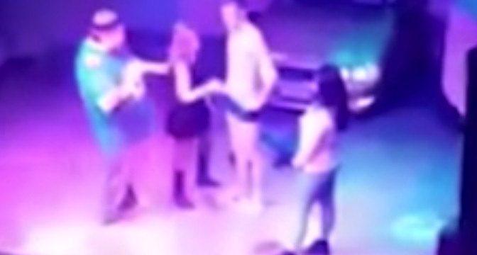 Hace sexo oral en un escenario para conseguir una copa gratis