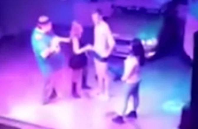 Fotograma del vídeo en el que una mujer parece realizar sexo a cambio de copas gratis. / METRO