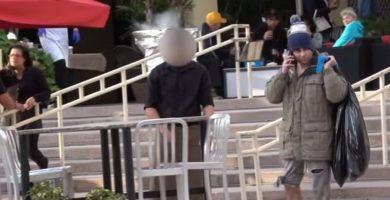 El millonario vestido de vagabundo, en la entrada del restaurante. / YOUTUBE