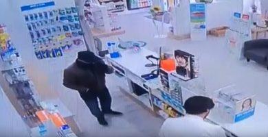 Imagen del atracador en la Farmacia El Castillo. / DA