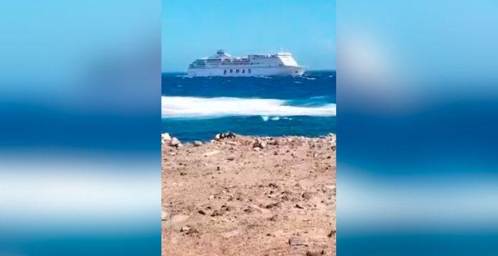 El ferry de Armas no pudo atracar en Lanzarote y descarga en Fuerteventura