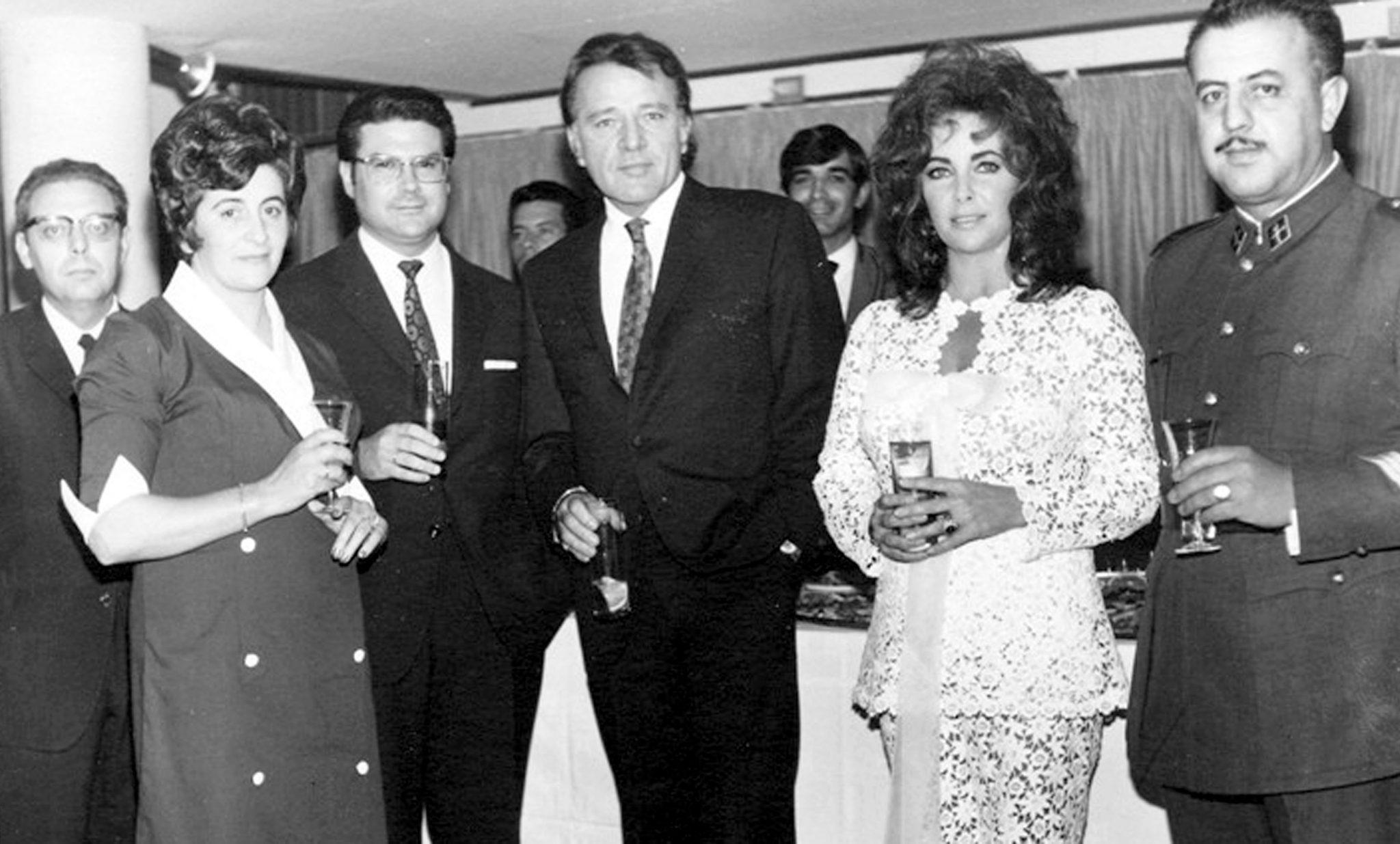 Foto histórica de la estancia de Richard Burton y Elizabeth Taylor en Los Cristianos, en el hotel Moreque, a principios de los años setenta del siglo pasado. Foto cedida