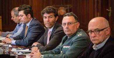 El jefe provincial de Tráfico, Pablo Calvo; el subdelegado, Guillermo Díaz Guerra; y el capitán de la Guardia Civil Alfonso Gálvez. Andrés Gutiérrez