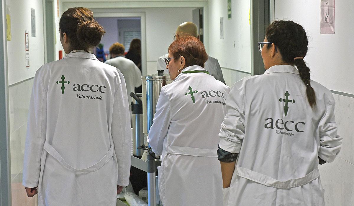 Los voluntarios de la AECC acuden a diario a los hospitales tinerfeños para apoyar a los enfermos. Sergio Méndez
