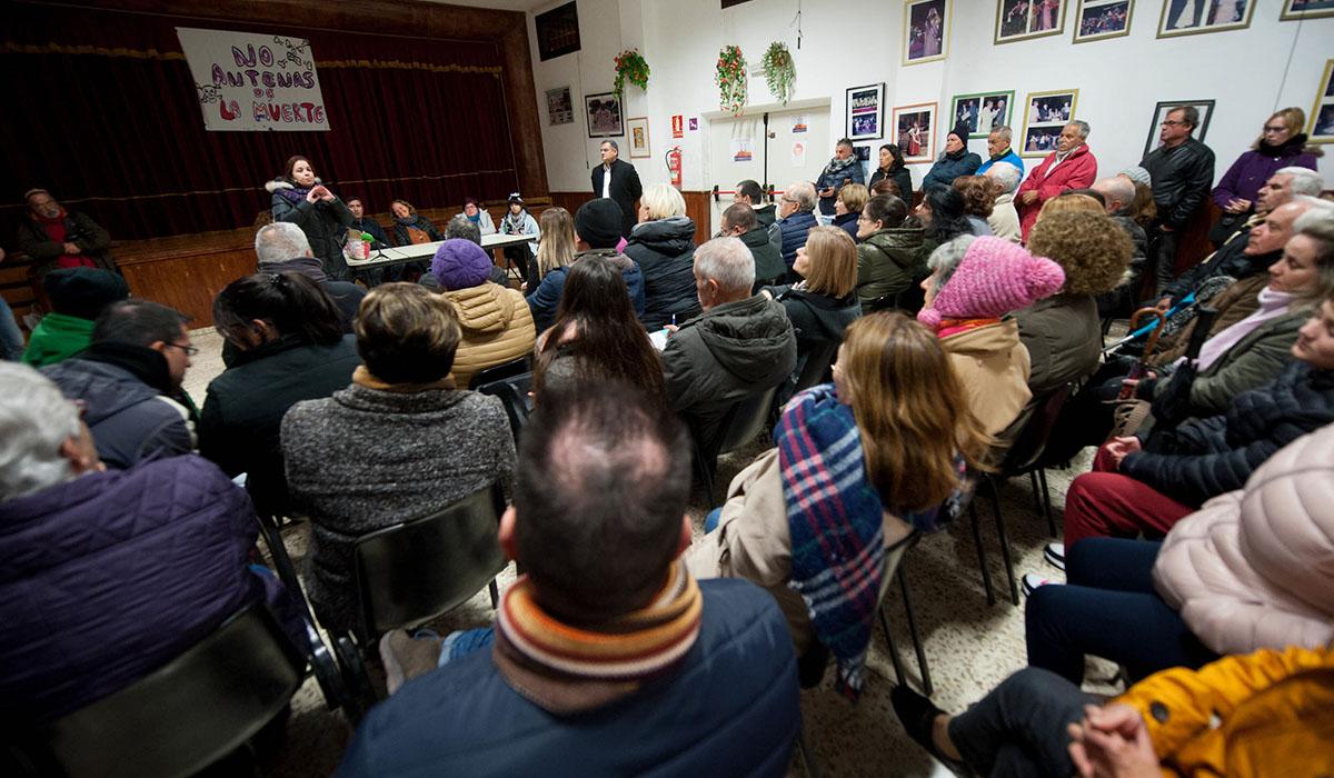Un momento de la asamblea vecinal del pasado lunes, en la que también estuvo el alcalde lagunero. Fran Pallero