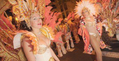 La Cabalgata Anunciadora de hoy contará con la participación de las distintas reinas del Carnaval, murgas, comparsas, agrupaciones musicales y cientos de espontáneos disfrazados. Fran Pallero