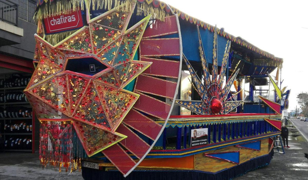 El diseño 'Fantasía Geométrica' se alzó con el primer premio del tradicional concurso de carrozas. DA