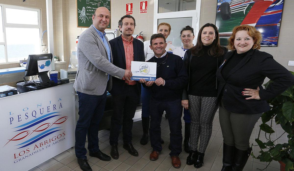 El alcalde de Granadilla y el consejero insular de Pesca asistieron a la entrega en la Lonja de Los Abrigos. DA