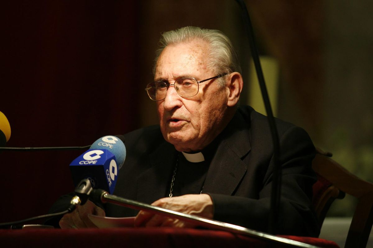 Damián Iguacén Borau, durante la lectura de un pregón de la Semana Santa de Santa Cruz. S. M.