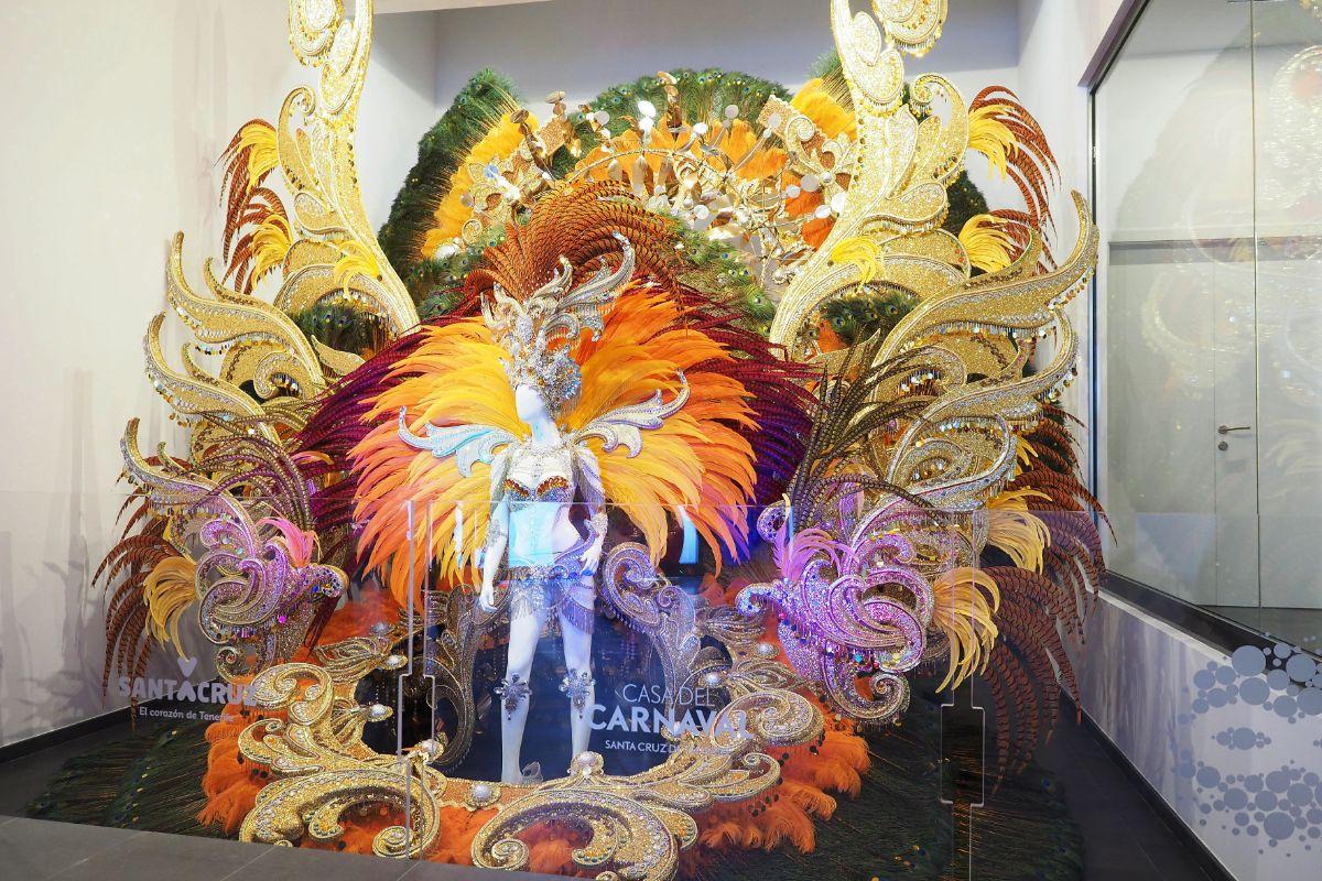 El traje de la Reina de 2017 aún preside la entrada a la Casa. Sergio Méndez