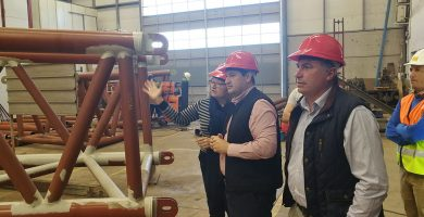 El alcalde, José Julián Mena (izq.), y el edil José Luis Gómez, en su visita a las obras de la pasarela de Los Cristianos. DA