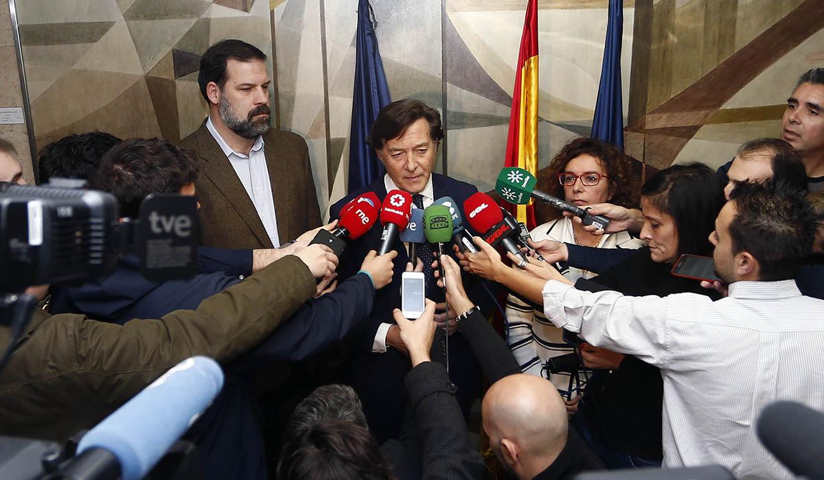 José Ramón Lete, presidente del Consejo Superior de Deportes, atiende a los medios de comunicación tras la reunión de ayer. ACB Media