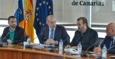 Imagen del consejero de Industria (2º izq.) y del resto de los miembros de la comisión durante la rueda de prensa. DA