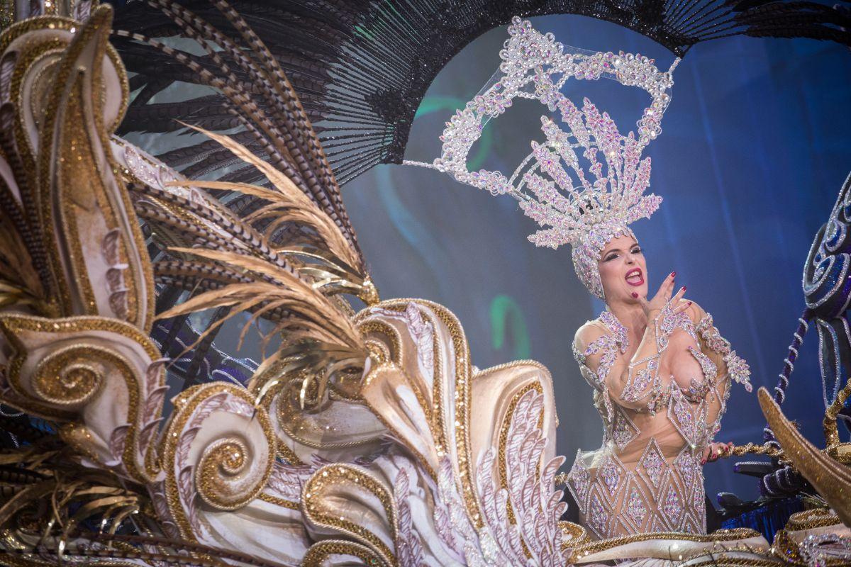 La candidata Saida Prieto, durante uno de los momentos de su paso por el escenario del Recinto Ferial. A. G.