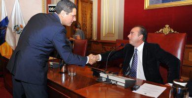 Ángel Llanos saluda a Miguel Zerolo durante la etapa de ambos al frente del Ayuntamiento de Santa Cruz de Tenerife. Fran Pallero