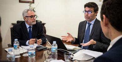 Óscar Izquierdo y Guillermo Díaz Guerra, durante el encuentro mantenido en la mañana de ayer. Andrés Gutiérrez