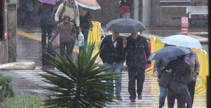 Las alertas máximas por lluvias y viento fuerte suspenden todos los actos, menos el Tenerife-Lugo