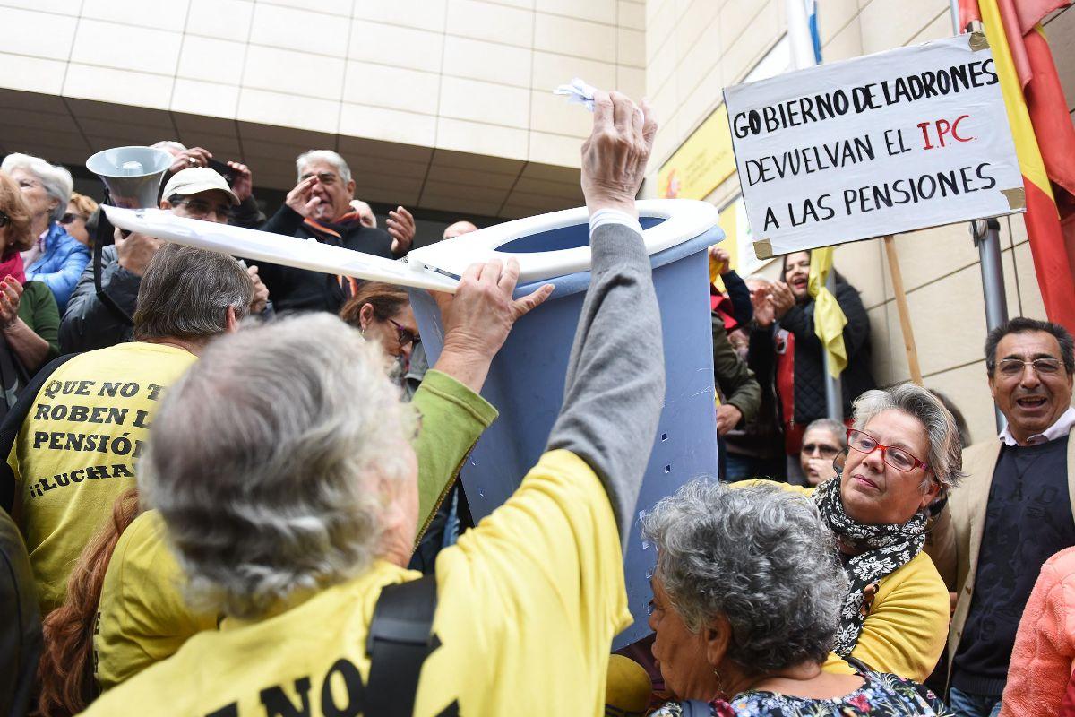 Pensionistas, durante la manifestación por unas pensiones dignas. / FOTOS: Sergio Méndez