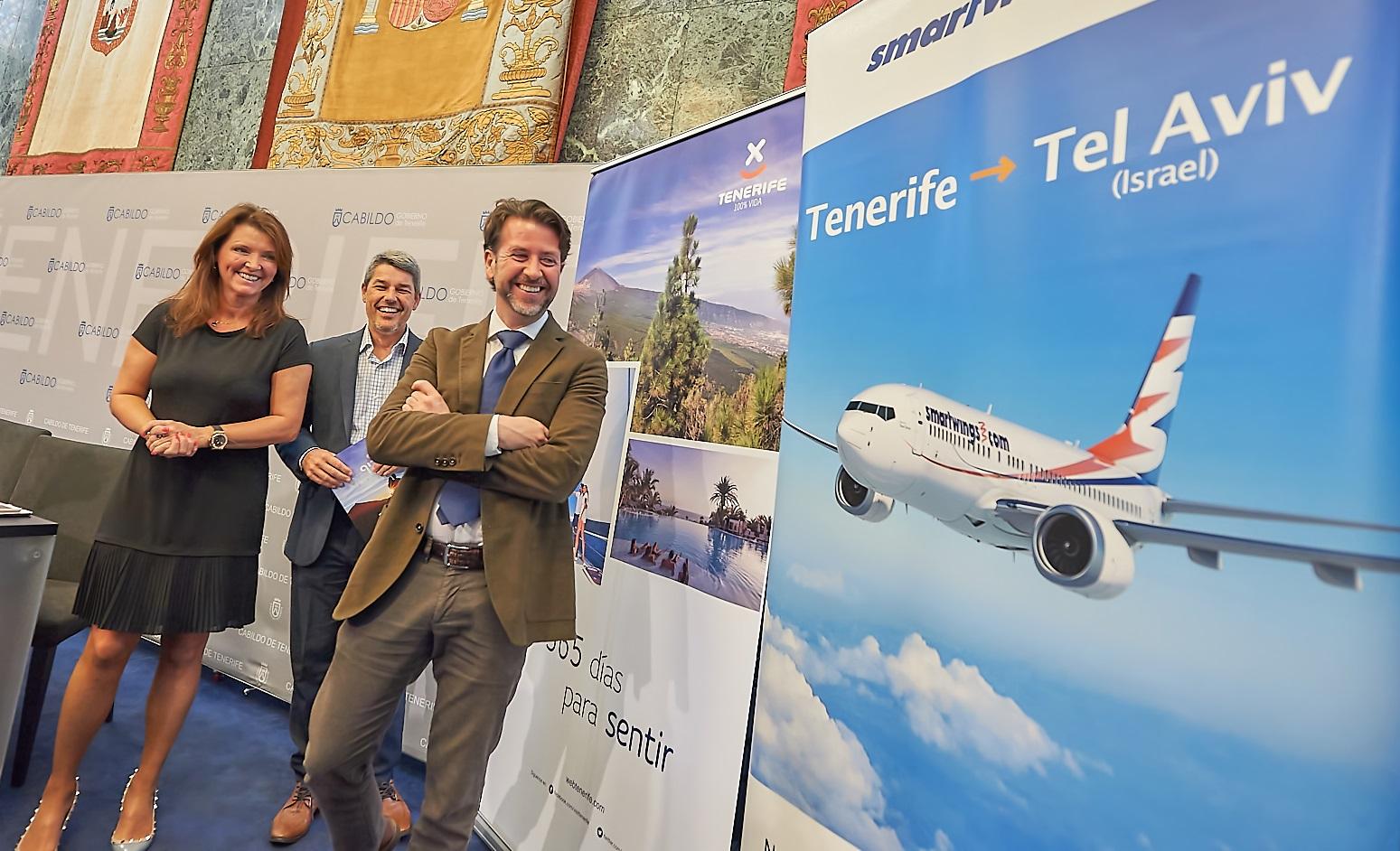 Lenka Vikova, representante de SmartWings, junto al consejero de Turismo Alberto Bernabé y el presidente del Cabildo, Carlos Alonso. | DA