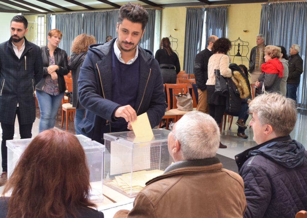 El secretario local del PSOE en La Laguna, Yeray Gutiérrez, durante una votación interna de su partido. La Laguna Ahora