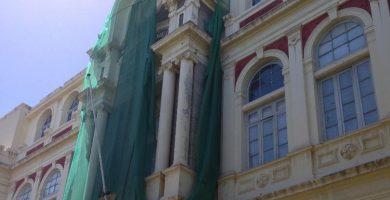 El riesgo de caída de cascotes de la fachada obligó a colocar una malla. DA