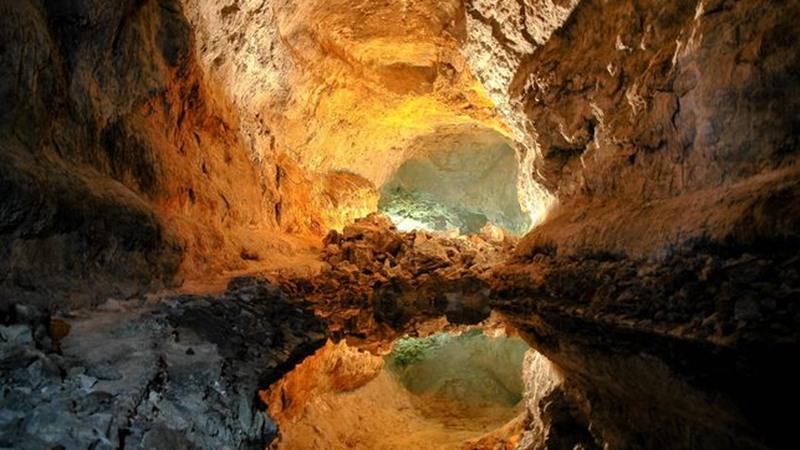 Pasaje iluminado de la Cueva de Los Verdes. / EP