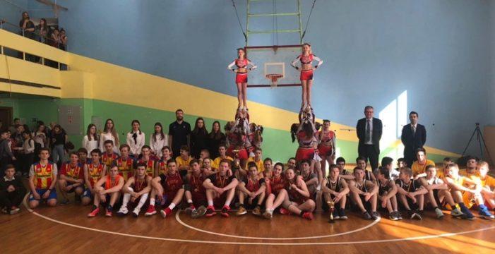 Sergio Rodríguez entrega los trofeos en el torneo de baloncesto escolar en Moscú