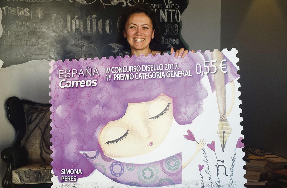 Simona Peres muestra el sello, en gran formato, con el que ganó el concurso nacional de diseño convocado por Correos. J. C. M.