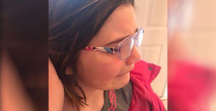 Una madre publica las desgarradoras fotos de su hija llorando para denunciar el bullying que sufre