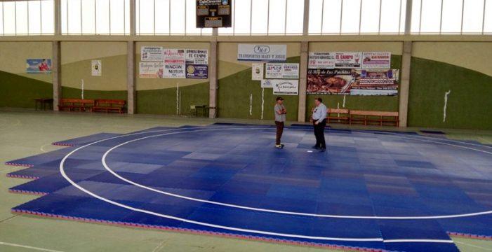 El ayuntamiento de El Rosario instala un tatami para practicar lucha canaria en el pabellón de Lomo Pelado
