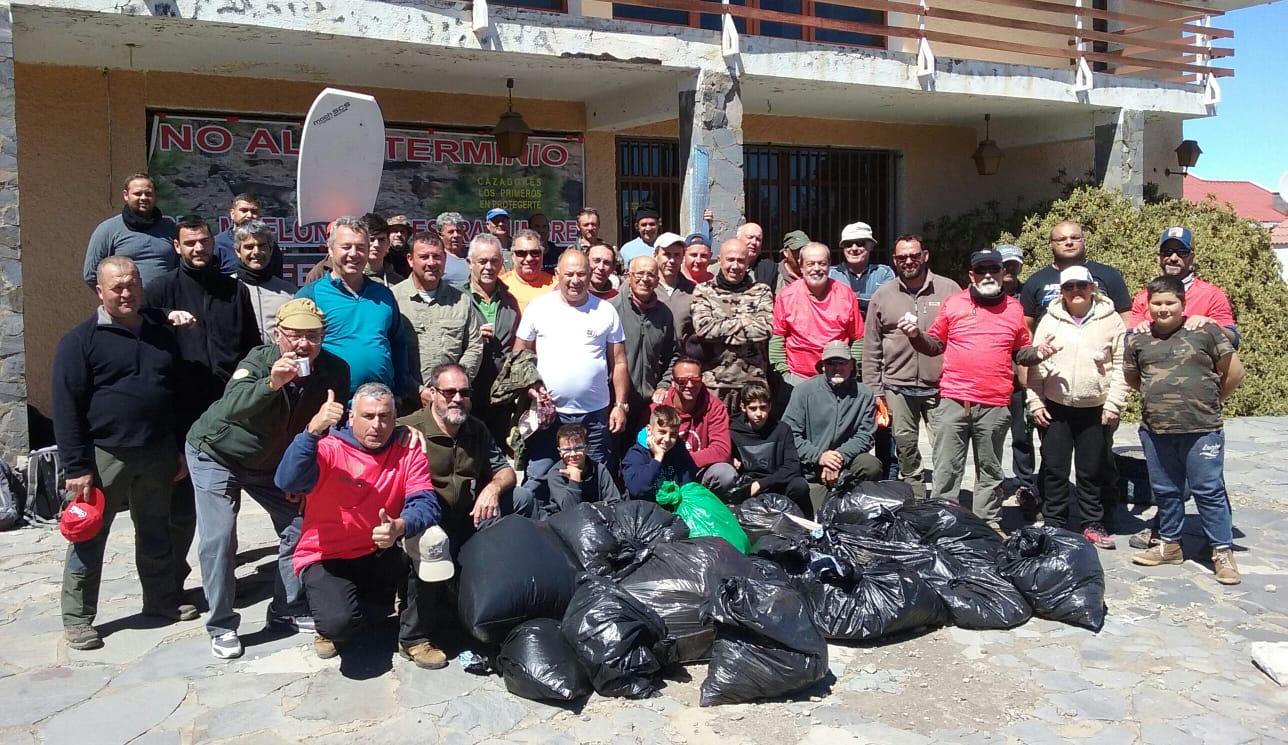 Voluntarios, tras realizar la batida en el P. N. del Teide. / DA