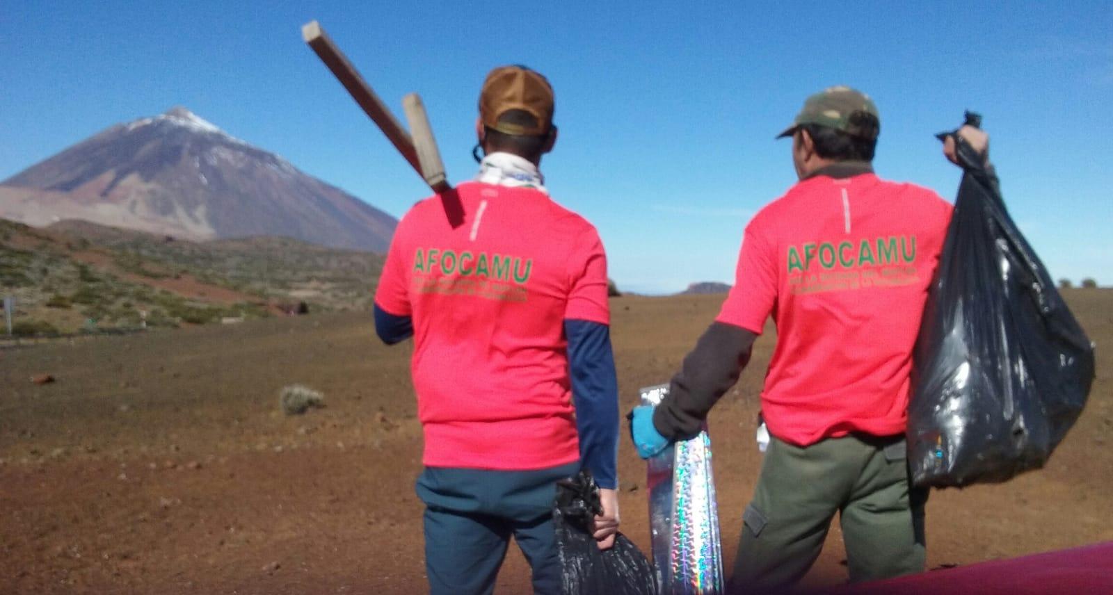 Limpieza voluntaria del Teide tras la 'Operación nevadas'. / DA