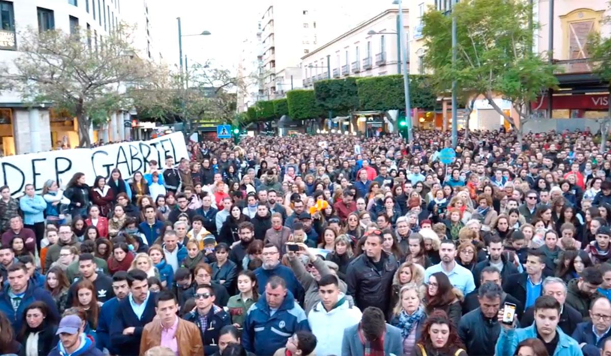 Unas 12.000 personas se concentran con cinco minutos de silencio en memoria de Gabriel Cruz en Almería