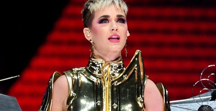 Katy Perry desata la polémica tras robar un primer beso a un joven