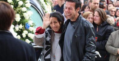 Los padres del pequeño Gabriel durante su entierro | EP