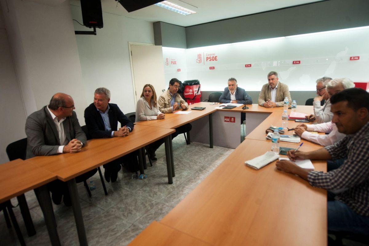 El secretario regional del PSC-PSOE, Ángel Víctor Torres, se reunió ayer con sus colegas insulares en Santa Cruz de Tenerife. Fran Pallero