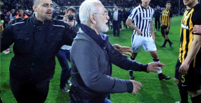 El Gobierno griego decide suspender la liga griega después de que el dueño del PAOK saliera al campo armado
