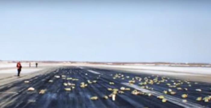 Un avión pierde lingotes de oro en pleno despegue