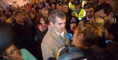 Fernando Clavijo atendió a los medios en Fuerteventura rodeado por unas 400 personas que le gritaban y pitaban insistentemente durante su visita. DA