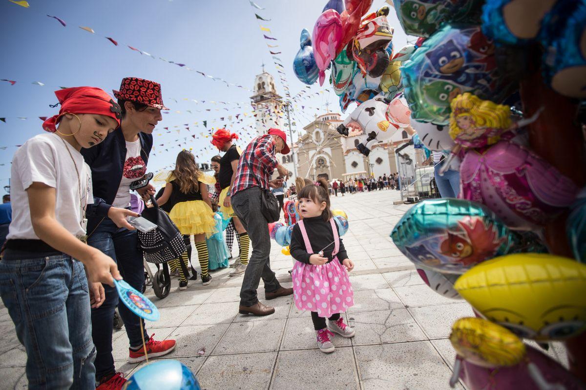 El Médano y Candelaria vivieron ayer su Carnaval de Día, donde miles de personas, grandes y pequeños, disfrutaron de la fiesta en una jornada soleada. DA