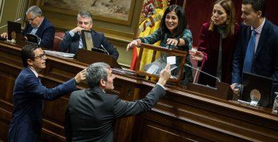 El presidente del Gobierno de Canarias, Fernando Clavijo, y el vicepresidente, Pablo Rodríguez, entregan sus papeletas en la votación para el Consejo Rector de RTVC. Andrés Gutiérrez