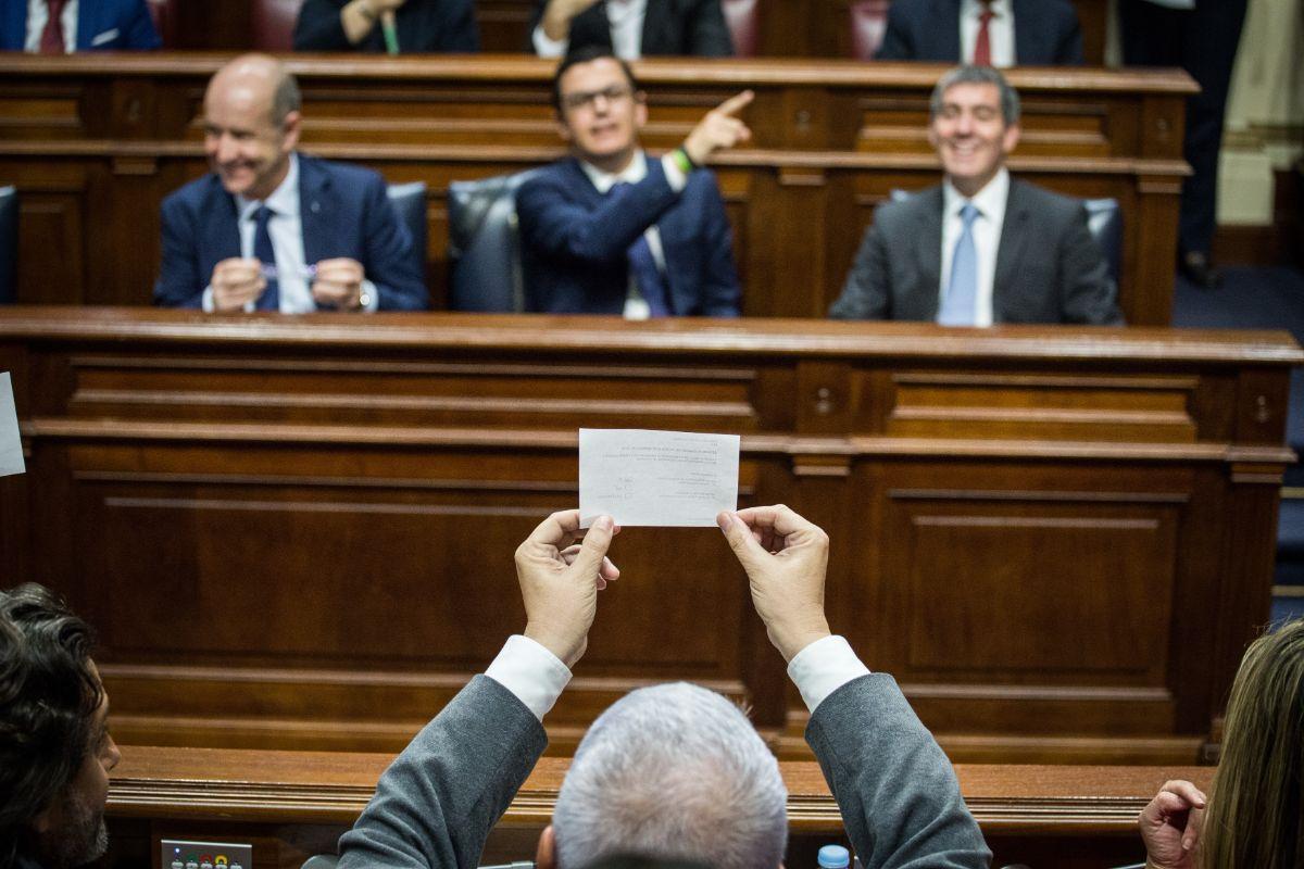 Un diputado del PSOE enseña al Gobierno su papeleta en la votación para cubrir las vacantes en el Consejo Rector de RTVC. Andrés Gutiérrez