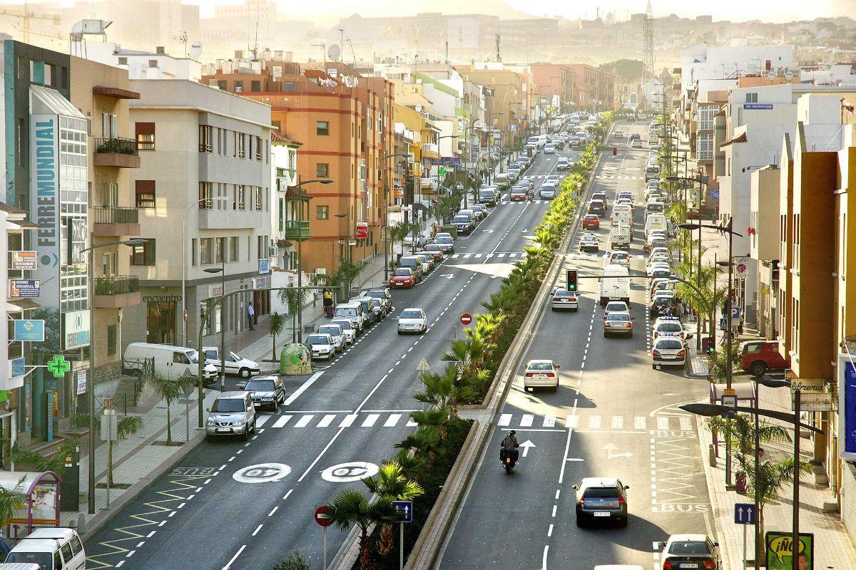 Más de 50.000 vehículos pasan a diario por la avenida de Los Menceyes. DA