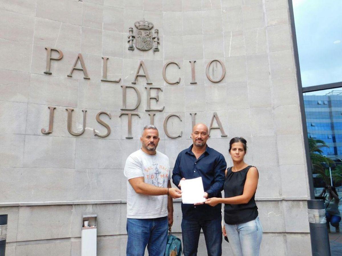 El concejal de IUC Arafo Francis Hernández y los de Sí se puede Agustín Espinosa (Candelaria) y Lourdes Galindo (Güímar), al presentar la denuncia. DA