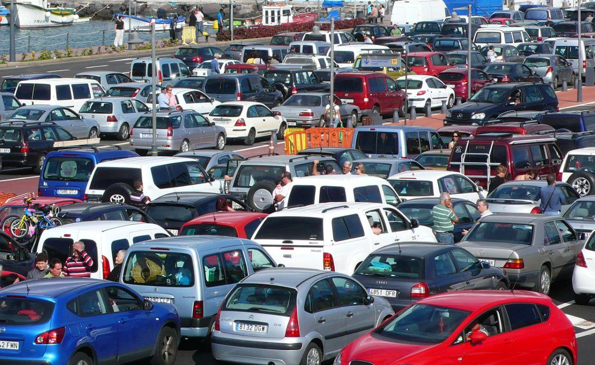 Pasajeros con sus vehículos esperan en la explanada del puerto de Los Cristianos para embarcar. Esteban Pérez