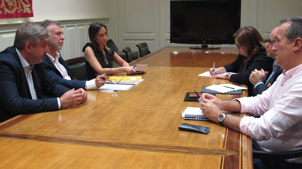 Ángel Víctor Torres, en una reunión de la ejecutiva regional del PSOE con una delegación de CC-PNC en el Parlamento de Canarias. DA