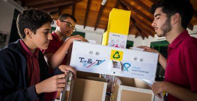 La máquina clasifica residuos e informa de errores o aciertos. Andrés Gutiérrez