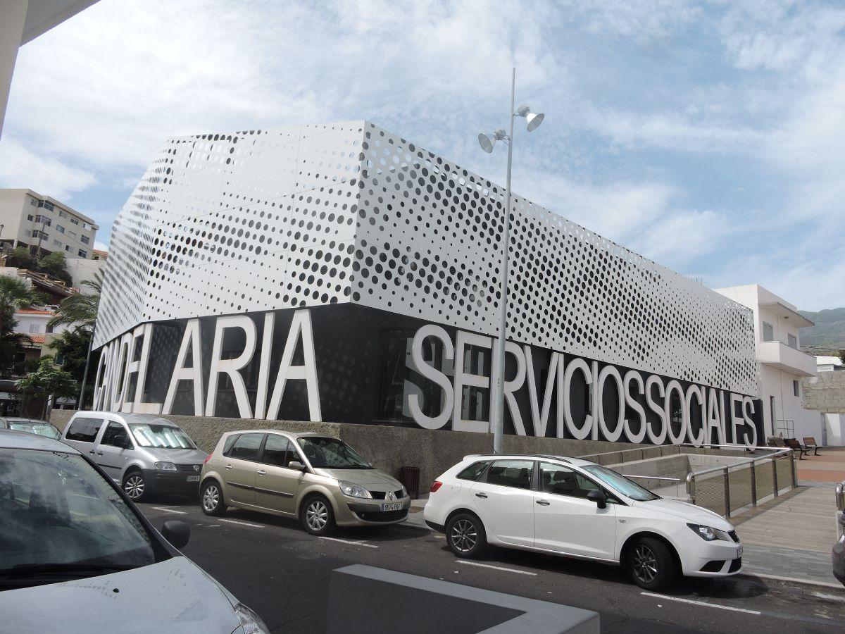 En las imágenes, el singular edificio de Servicios Sociales, en Candelaria, una