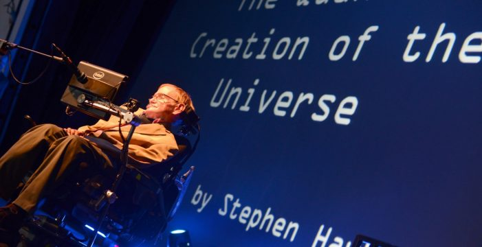 """Stephen Hawking, de cerca: """"Solo somos monos en un planeta menor"""""""